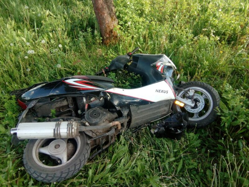 В Тверской области юный водитель скутера слетел с дороги в кювет