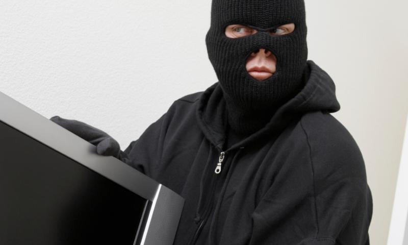 В Тверской области неизвестный украл у пенсионера пневматический пистолет и приставку