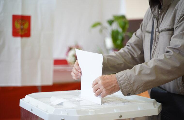 В России свою работу начали первые избирательные участки