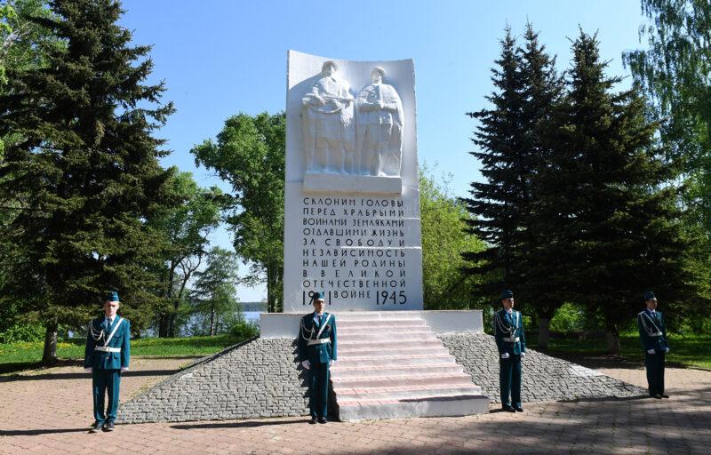 Рабочий визит губернатора Тверской области в Калязинский район начался с возложения цветов к Обелиску воинам, погибшим в годы войны