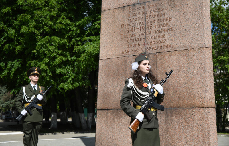 Губернатор Игорь Руденя возложил цветы к Обелиску Победы в Кимрах
