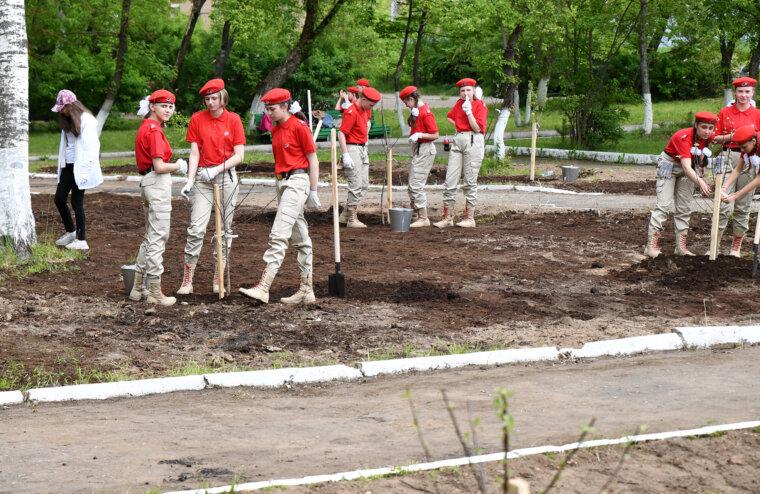 Игорь Руденя совместно со школьниками, волонтерами и юнармейцами заложил в Кимрах Сад памяти