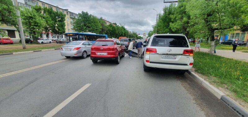 В Твери иномарка потеряла бампер от столкновения с эвакуатором
