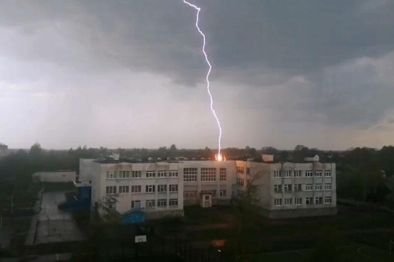 Школа в Тверской области приняла на себя удар молнии