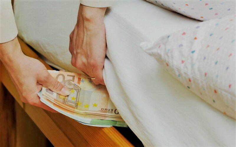 В Торжке из-под матраца похитили денежные сбережения