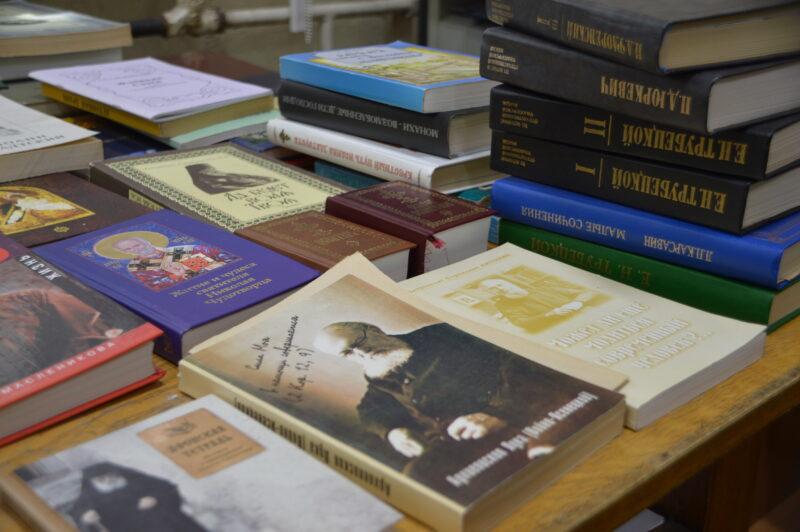 Ученая МГУ Евгения Свирина подарила Горьковской библиотеке в Твери почти 900 книг