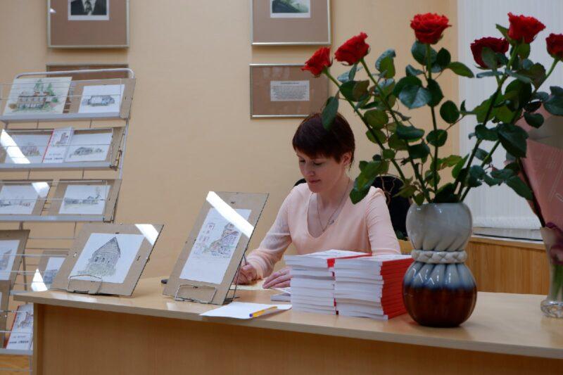 Первая рукопись, рассказы и стихи: Любовь Абракадаброва выпустила литературный сборник