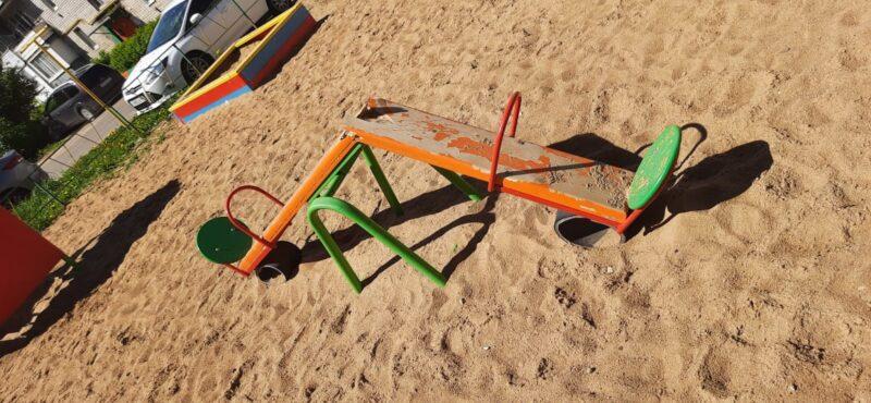 В Конаково вандалы громят детские площадки
