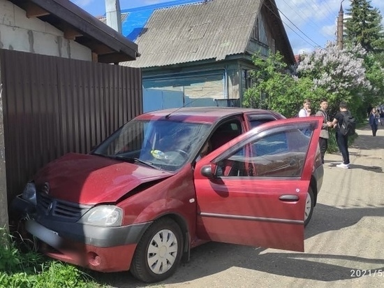 В Твери на тротуаре машина сбила ребенка