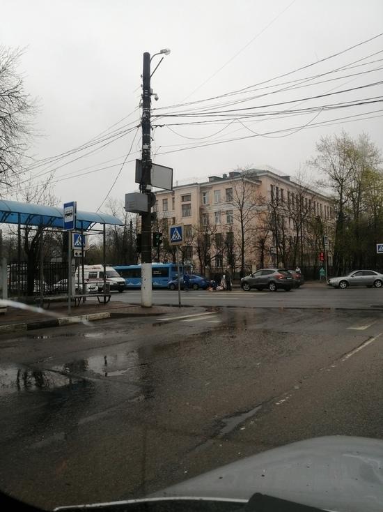 В Твери на перекрестке автомобиль сбил женщину