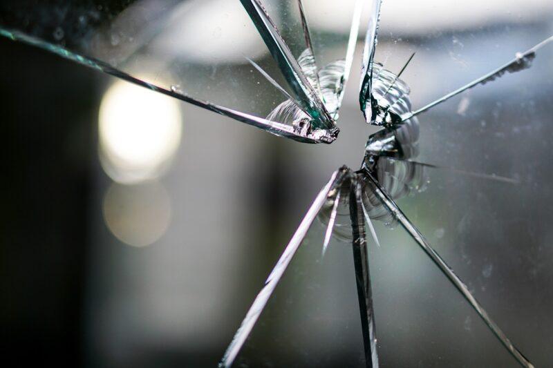 Женщина из Тверской области проснулась из-за камня в окне