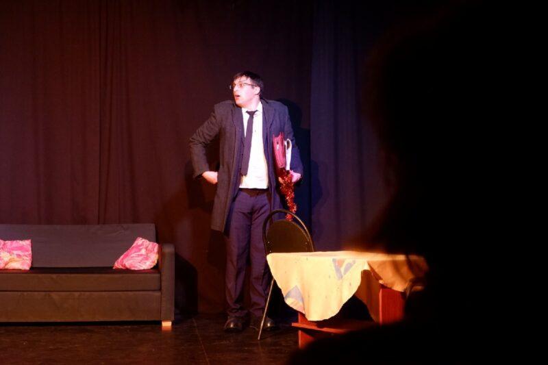 Спектаклем «Последний пылкий влюблённый» завершился сезон в театре «Зеркало»