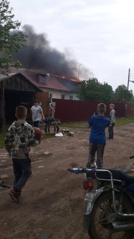 Пожар в Тверской области разрушил жилье двух семей