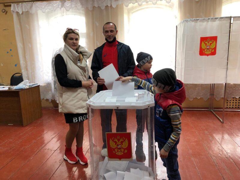 В Бежецке на предварительное голосование пришла семья из четырех человек