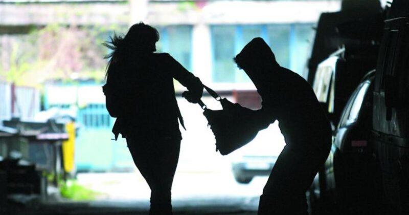 В Тверской области грабитель вырвал у 55-летней женщины сумку