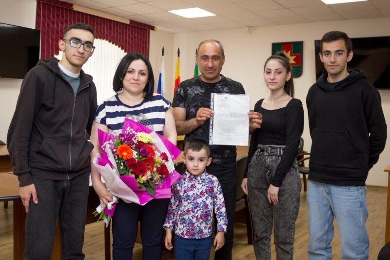 Многодетной семье из Лихославля дали деньги на жилье