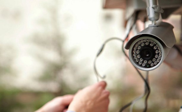 В Твери мужчина похитил камеры видеонаблюдения в доме, но попался на камеры уличные