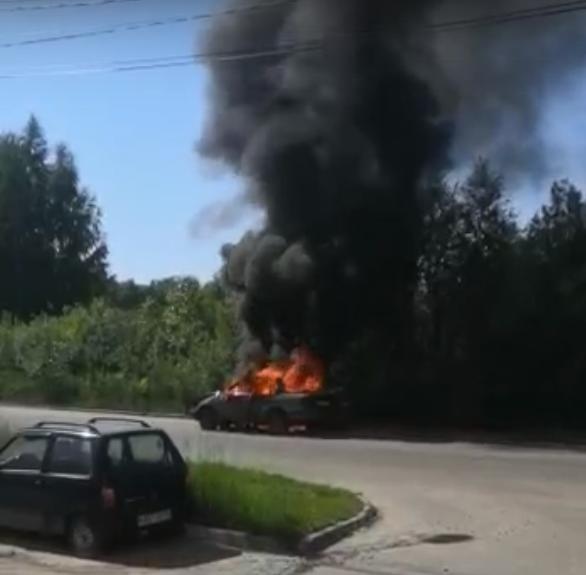 В Твери на улице Хромова загорелся автомобиль