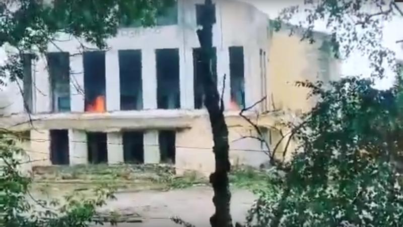 В Тверской области горит здание бывшего Дома культуры