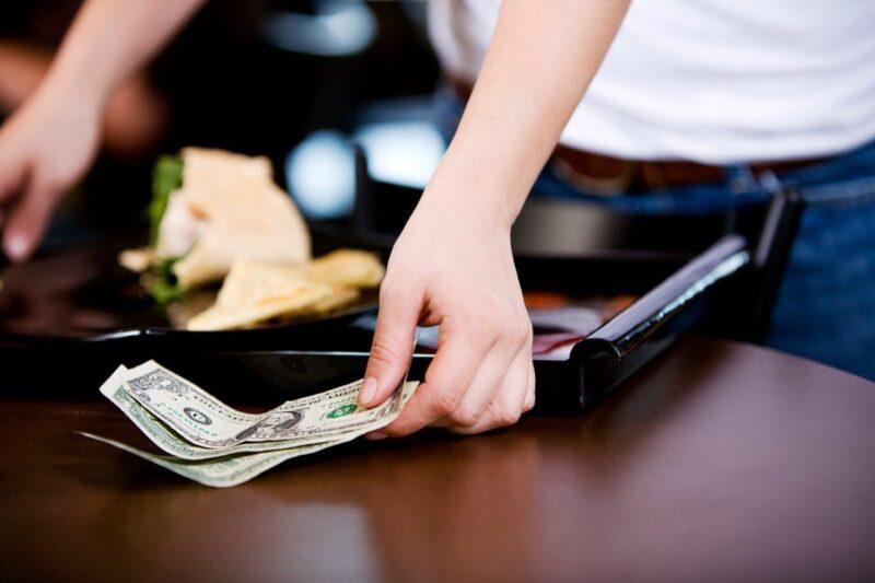 Мужчина из Торжокского района поел в кафе на поддельные деньги