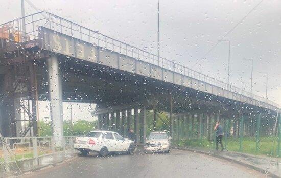 В аварии под Крупским мостом в Твери пострадала девушка