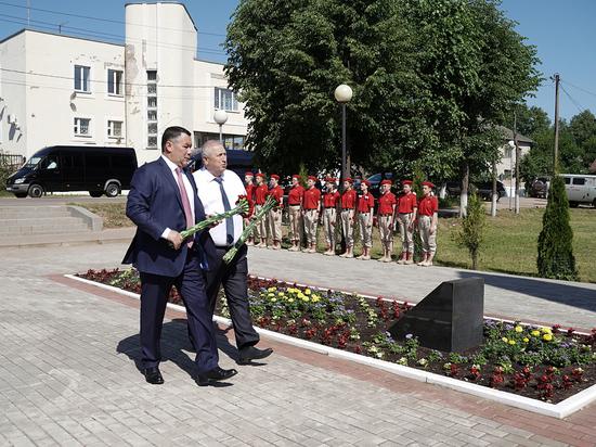 Губернатор Игорь Руденя возложил цветы к Обелиску Славы в Андреаполе