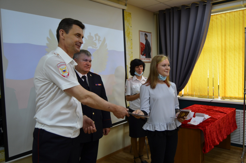 Юным жителям Тверской области вручили паспорта граждан РФ в преддверии Дня России