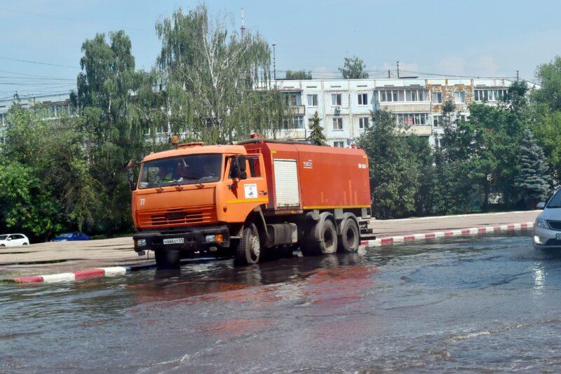 В Твери чистят ливневки и откачивают воду после сильного дождя