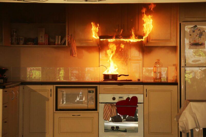 В жилом доме Твери загорелась микроволновка и чуть не травмировала ребенка