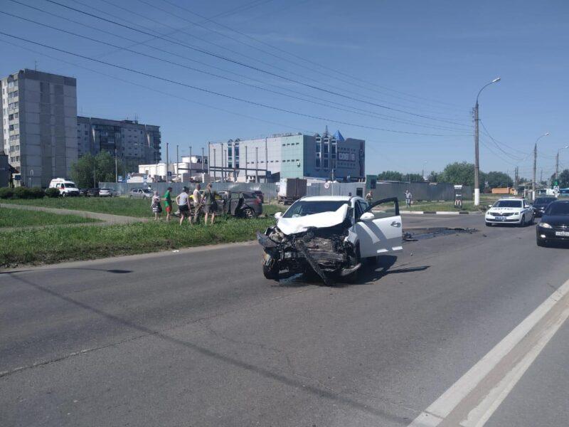 В Твери в аварии женщина получила травму головы и порезы лица