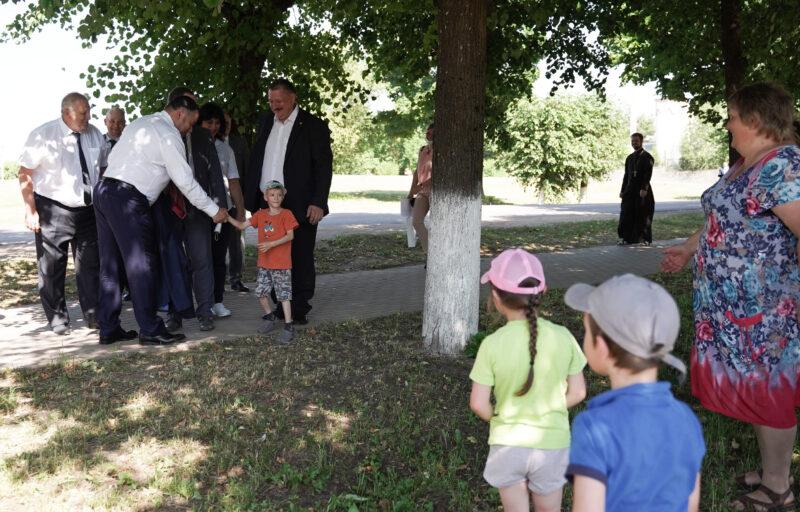 Игорь Руденя осмотрел благоустроенный сквер в Андреаполе