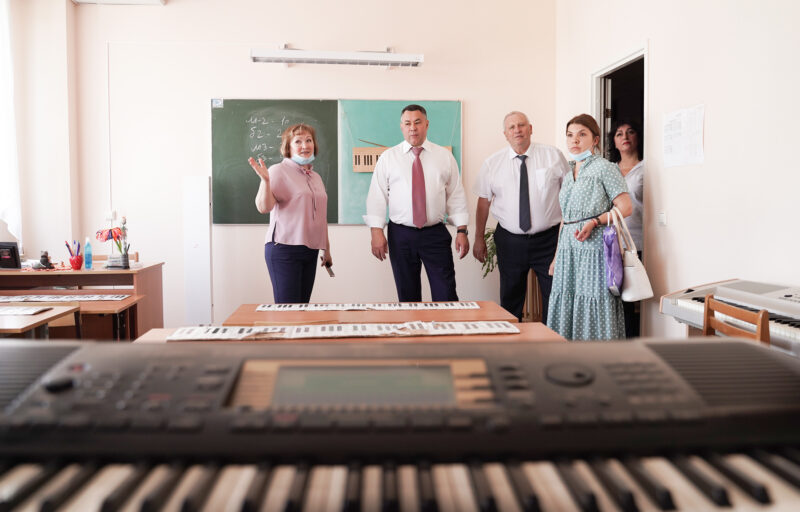 Игорь Руденя посетил в Андреаполе школу  №3 и детскую школу искусств