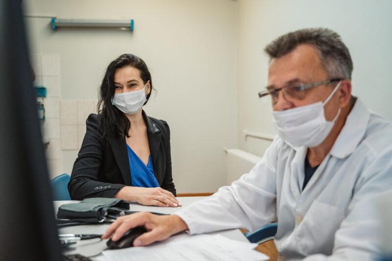 Советник губернатора Тверской области врач-кардиолог Наталья Соколова сделала прививку от коронавируса