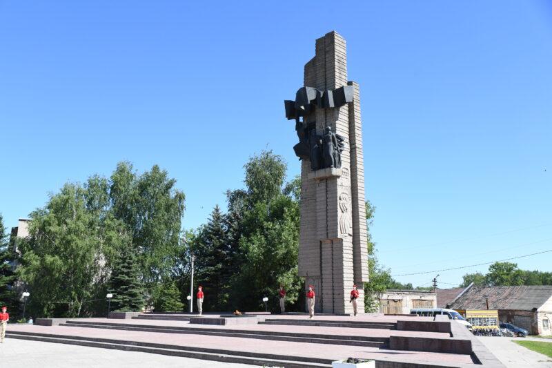 Губернатор Игорь Руденя возложил цветы к Обелиску Победы в Бежецке