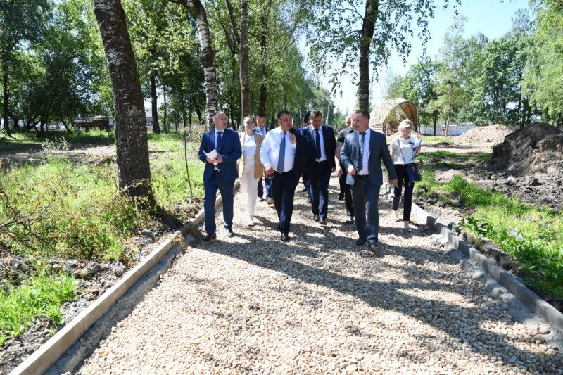 Губернатор Игорь Руденя проследил за ходом работ по благоустройству Городского сада в Бежецке