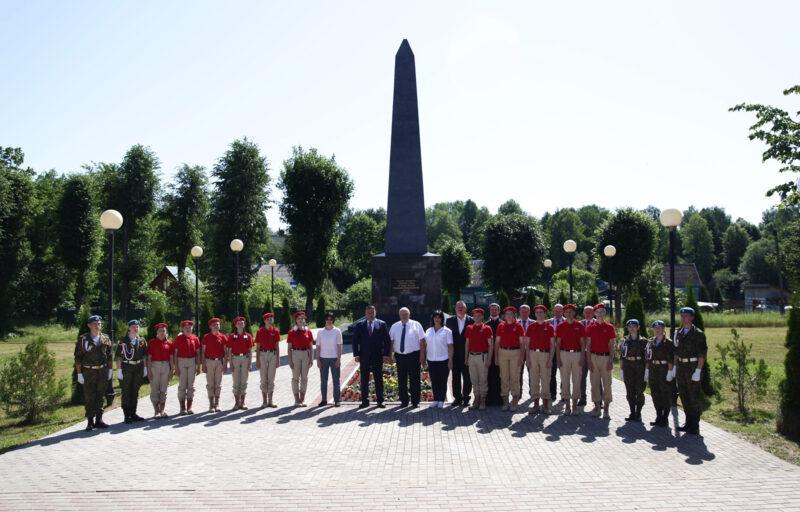 В Андреаполе губернатор Игорь Руденя возложил цветы к Обелиску Славы