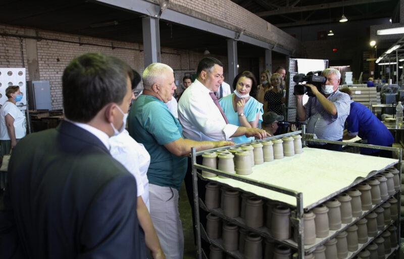 Игорь Руденя посетил фарфоровый завод в Андреаполе, где пообщался с коллективом предприятия