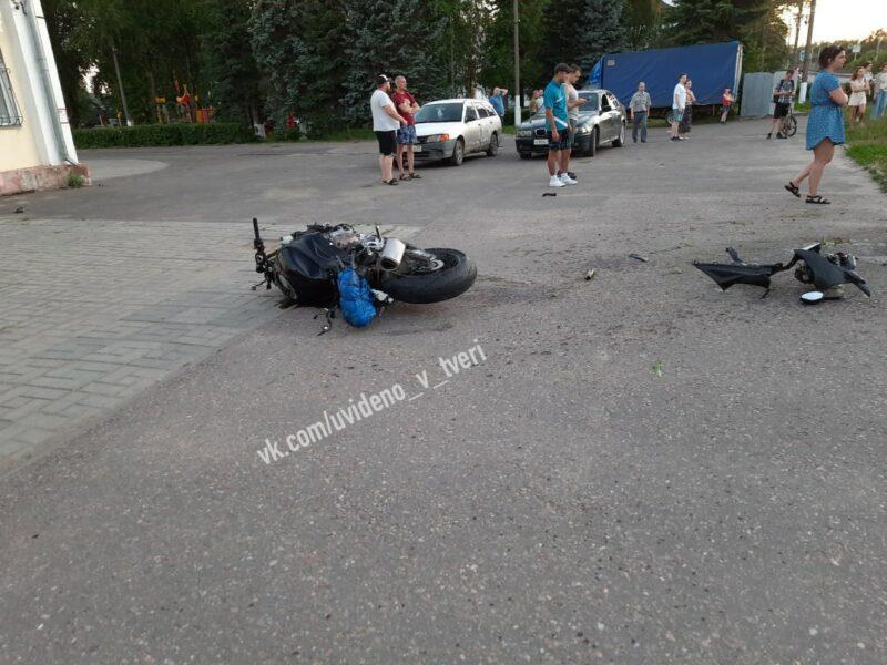 Есть погибшие: в Твери кроссовер столкнулся с мотоциклом