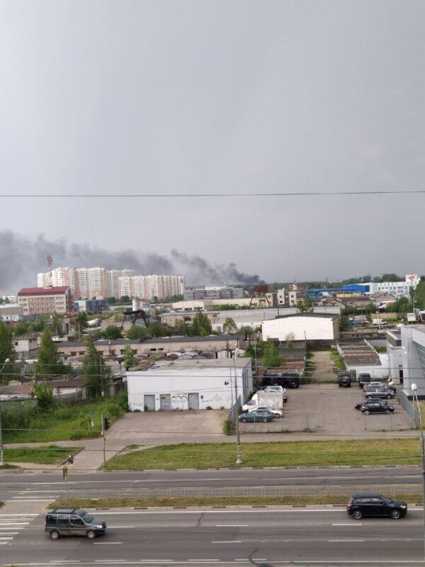 В Твери в жилом доме бушует пожар