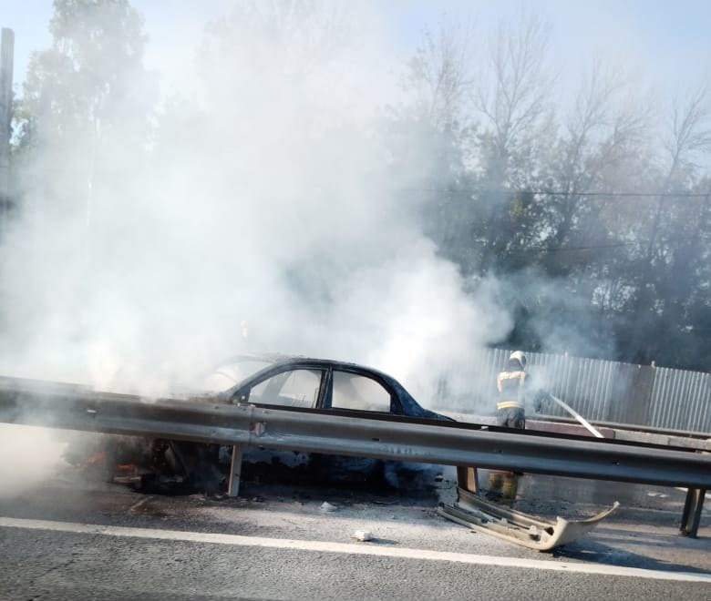 В Тверской области на трассе М-10 загорелся автомобиль