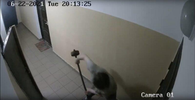 В Тверской многоэтажке неадекватный сосед терроризирует жильцов