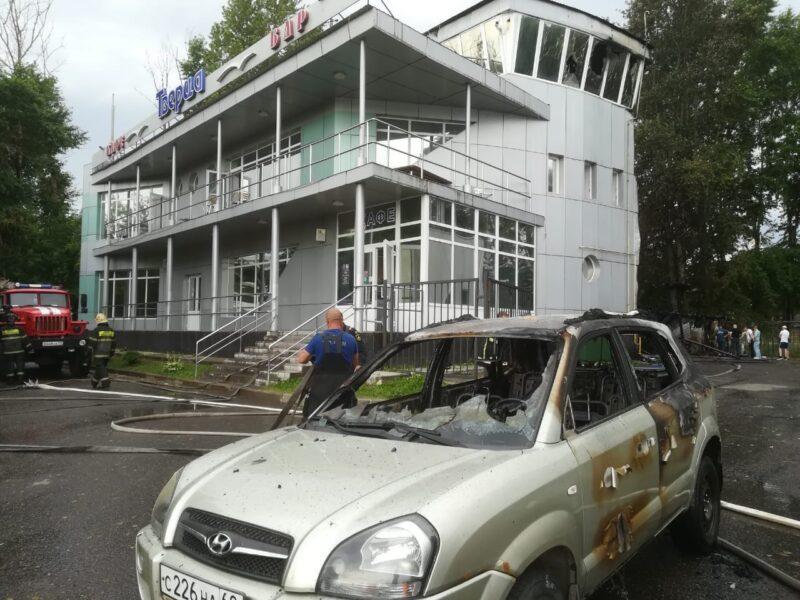 """В Твери сгорели здание яхт-клуба """"Тверца"""" и автомобиль"""