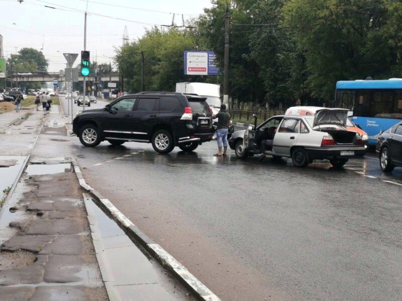 У автовокзала в Твери легковушка врезалась во внедорожник