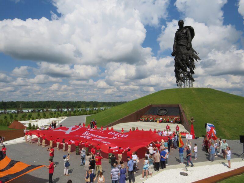У Ржевского мемориала советскому солдату прошло торжество в честь патриотического автомарша