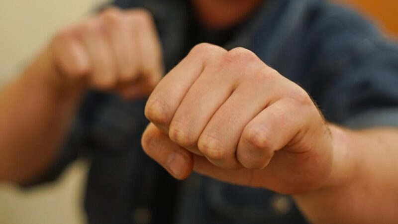 В Торжке преступник-рецидивист избил и обокрал мужчину