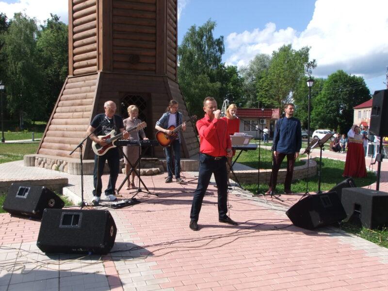 В Торопце юным гражданам вручили паспорта РФ и устроили концерт