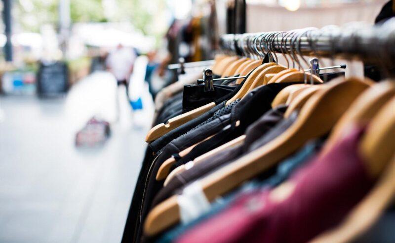 В Твери мужчина и женщина украли одежду из магазинов, надевая ее на себя
