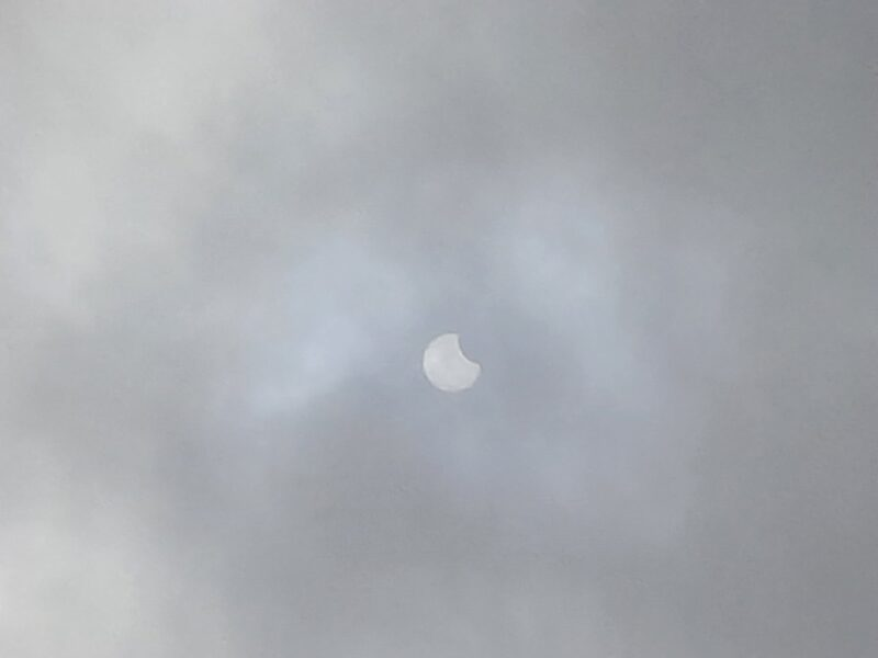 Жители Тверской области делятся в соцсетях фотографиями затмения