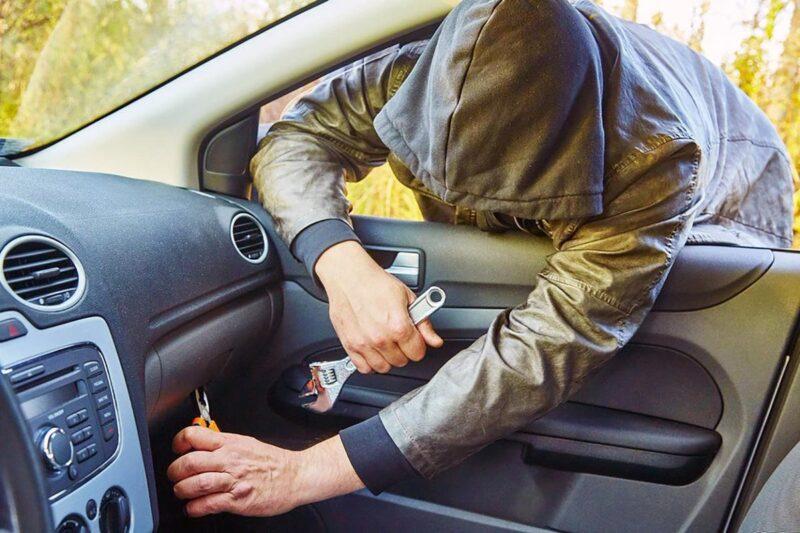 В Твери неизвестный украл из машины имущество на сто тысяч рублей