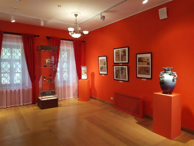 Тверской императорский дворец приглашает на выставку «Её Величество Ваза»